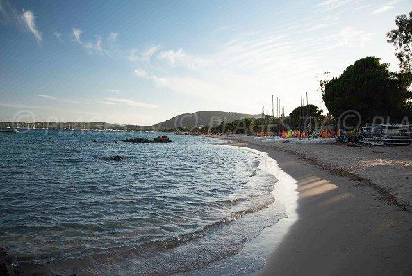 Plage de Caramontinu avec vue sur l'ile de Pinarello