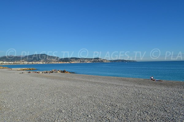 Plage de galets du Carras: l'une des plus longues plages de Nice