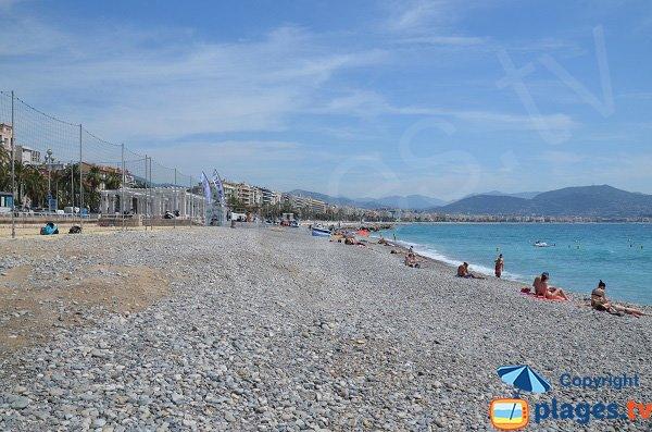 Plage du Carras côté port et terrain de beach volley