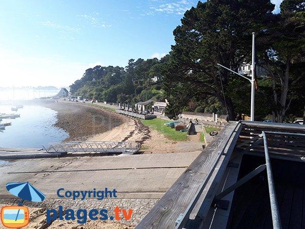 Cale en béton sur la plage d'Arradon