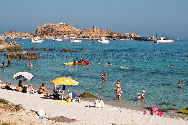 Photo de la plage de Caruchettu à l'île Rousse avec vue sur sur le phare