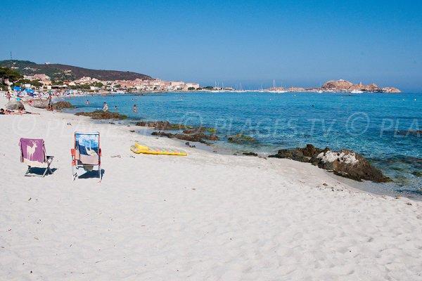 Baie de l'île Rousse depuis la plage de sable blanc