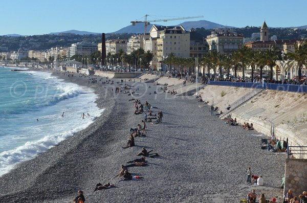Plage du Castel avec vue sur le Vieux Nice