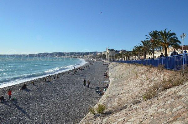 La plage est en contrebas du Quai des Etats Unis