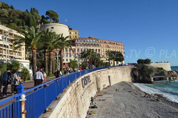 Belle vue sur le château de Nice depuis l'accès à la plage du Castel