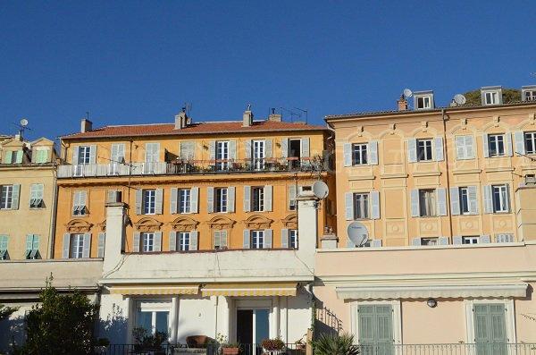 Maisons colorées du Vieux Nice en face de la plage du Castel