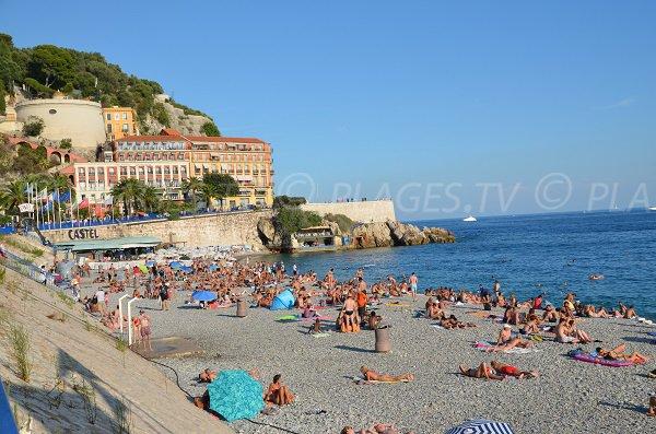 Plage publique du Castel en été à Nice
