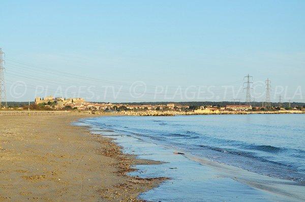 Plage de Fos sur Mer avec vue sur le Castrum de Fossis