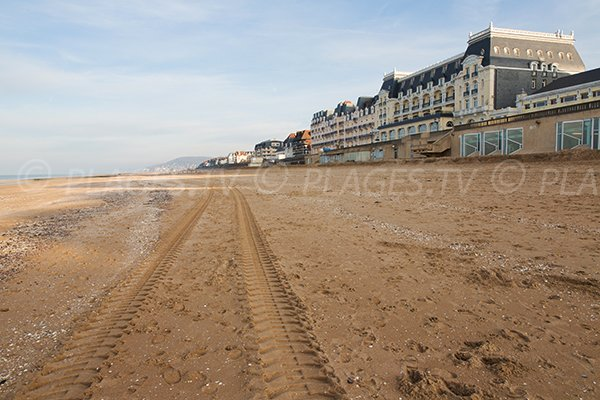 Photo de la plage Centrale de Cabourg en direction de la pointe de Cabourg