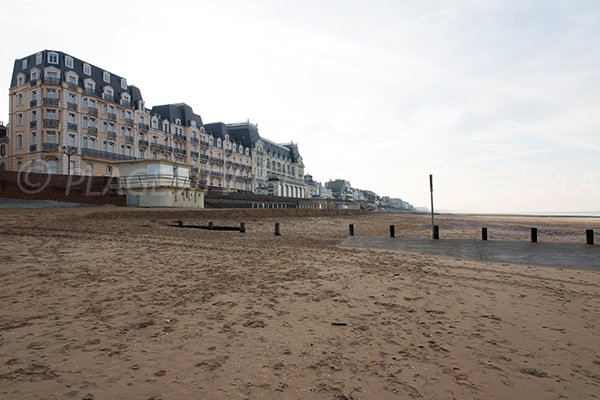 Plage centrale cabourg 14 calvados normandie for Piscine cabourg