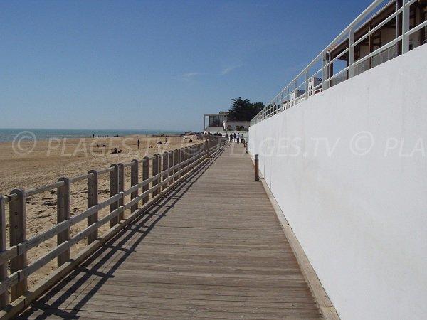 Promenade le long de la plage centrale de La Tranche sur Mer