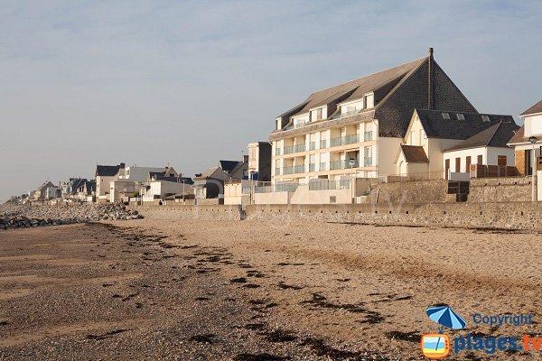 Photo de la plage du centre d'Agon Coutainville avec les maisons en bord de mer