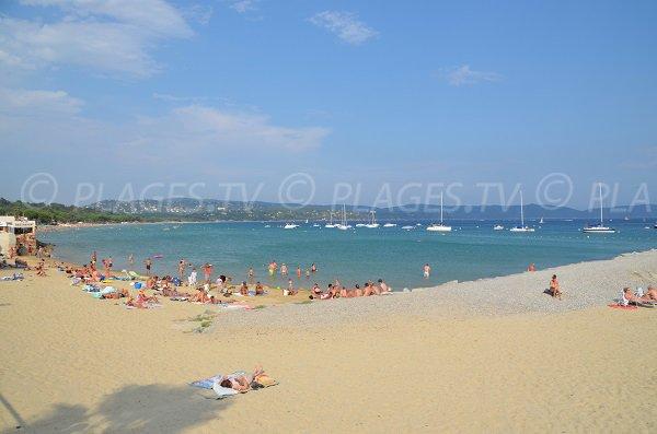 Plage du centre de Cavalaire avec vue sur les plages Est