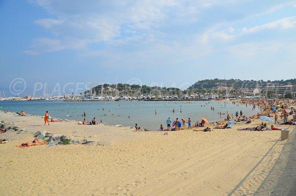 Photo de la plage du centre ville de Cavalaire sur Mer à côté du port