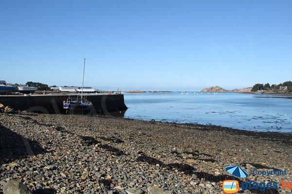 Plage à droite de la digue du port de Diben