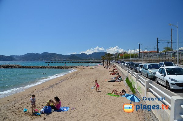 Photo de la plage du Midi à Cannes la Bocca - Chantiers Navals