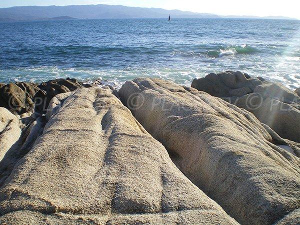 Mer, rochers et montagne à Ajaccio près de la Chapelle des Grecs