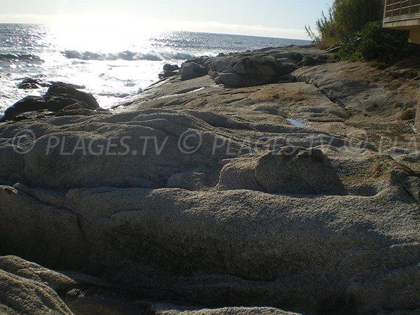 Rochers et végétation pour cette plage au début des Sanguinaires