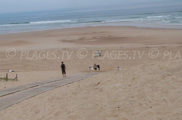 Chemin aménagé sur la plage des Chênes Lièges