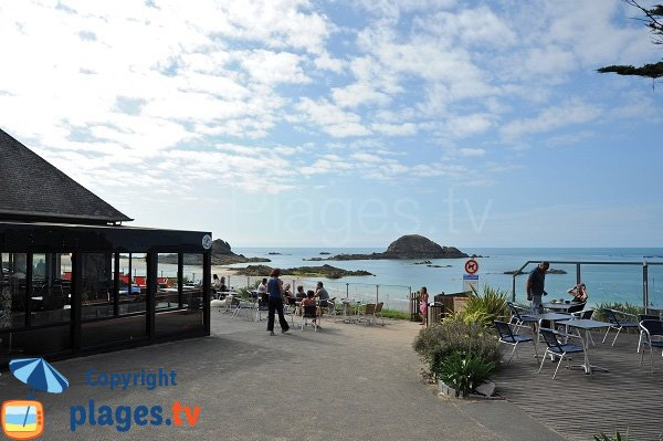 Restaurant on Chevrets beach in Saint Coulomb