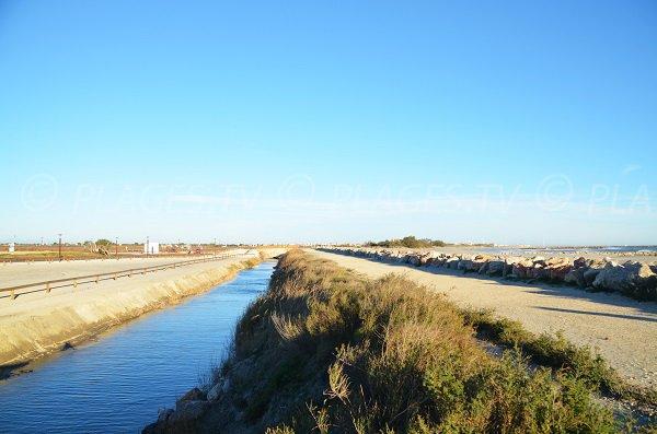 Spiaggia si trova ad ovest di Saintes Maries de la Mer