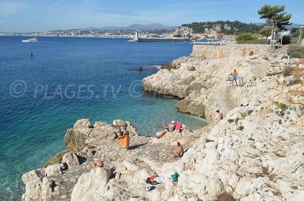 Petites calanques à l'est de Nice face au port