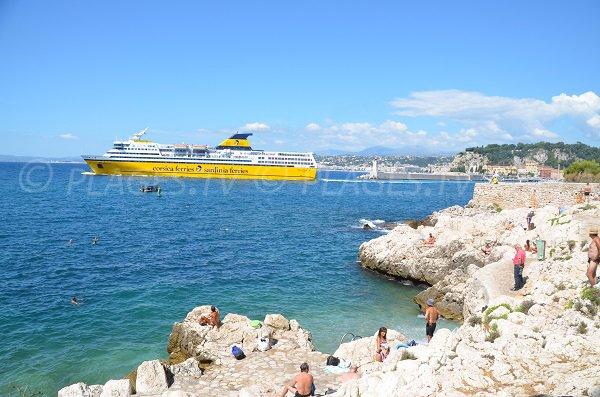 Bateau de croisière à proximité de la plage de Coco Beach à Nice