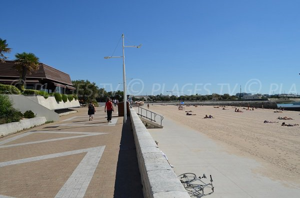 Promenade le long de la plage de la Concurrence à La Rochelle