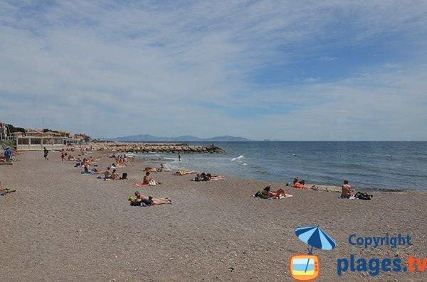 Photo de la plage de la Corniche avec des restaurants à Sausset les Pins