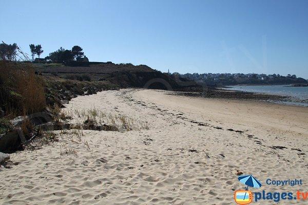Vue sur le bourg de Carantec depuis la plage du Cosmeur