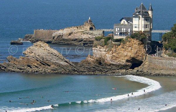 Plage Côte des basques avec des surfeurs - Biarritz