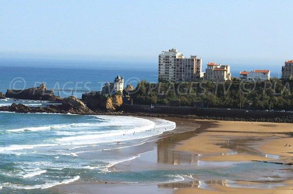 Vue sur le rocher de la vierge depuis la plage de la Côte des Basques à Biarritz