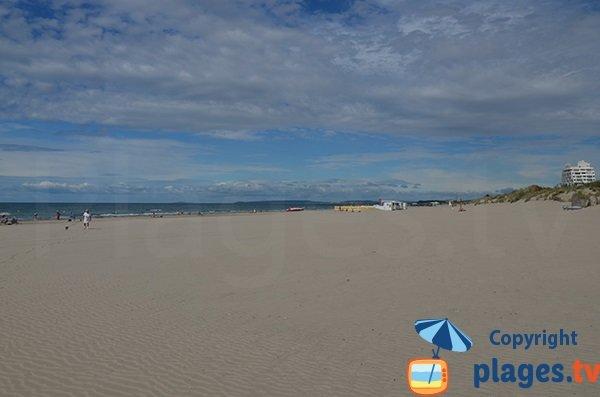 Photo de la plage du Couchant de la Grande Motte en direction des dunes