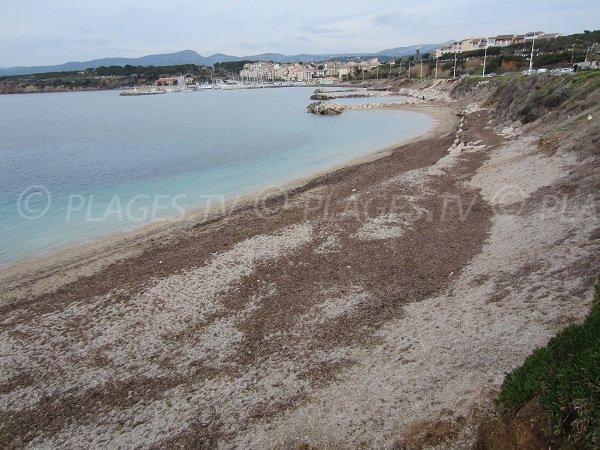 Plage de sable à proximité du port de la Coudoulière à Six Fours