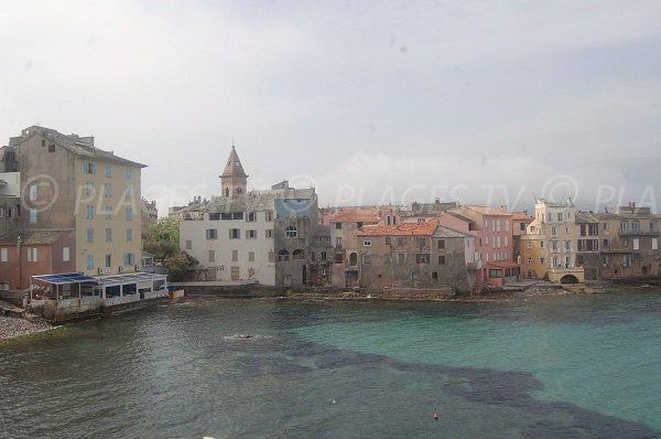 Vue sur St Florent depuis la plage de la Crique