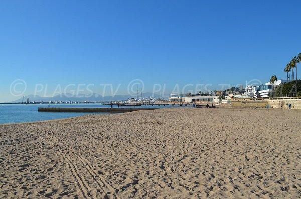 Strand Croisette mit Blick auf den Hafen von Cannes und den Palast