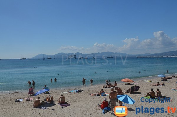 Vue sur l'Esterel depuis la plage de la Croisette - Cannes