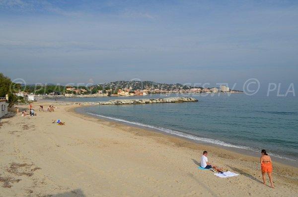 Belle vue sur le centre de Sainte Maxime et son port depuis la plage de la Croisette
