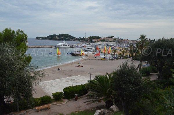 Vue sur la plage du Cros Dei Pin et sur la base nautique
