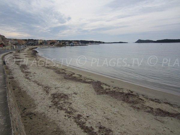 Plage publique à Six Fours les plages le long de la Corniche du Cros