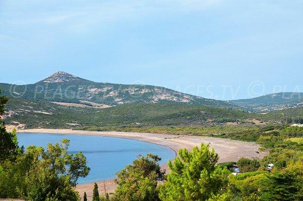 Photo de la plage dans la baie de Crovani en Corse