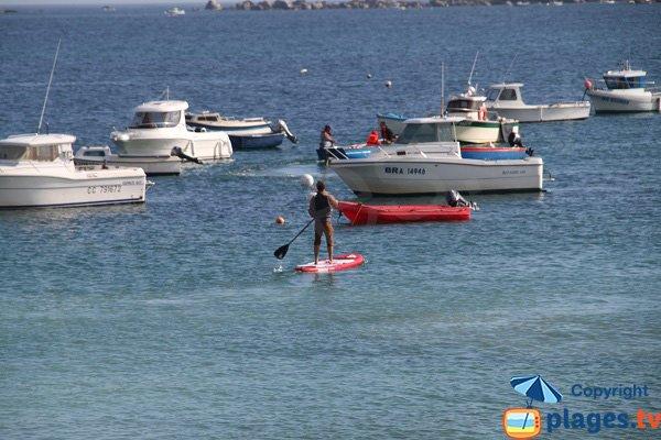 Activités nautiques sur la plage principale de Guissény