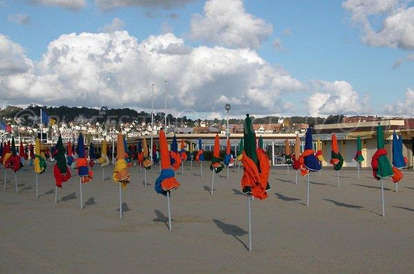 Plage de Deauville avec un café et les parasols