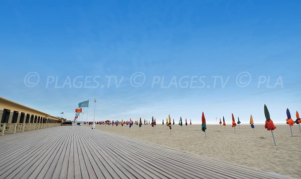 Cabines de Deauville avec les Planches et le sable