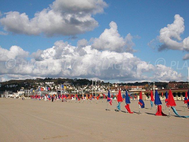La plage de Deauville avec ses parasols et ses cabines de bains