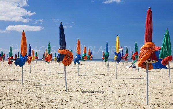 Plage de Deauville avec les parasols colorés