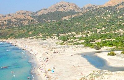 Spiaggia Ostriconi in Corsica all'inizio degli deserto Agriates
