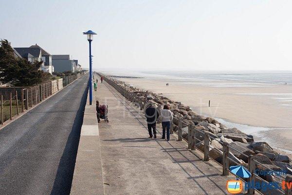 Digue promenade en front de mer à Hauteville sur Mer
