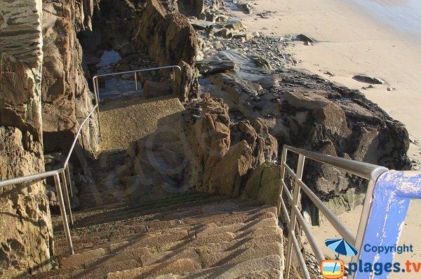 Escaliers pour la plage du dos du port de Locquirec