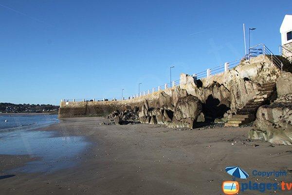 Grande plage de sable dans le port de Locquirec à marée basse